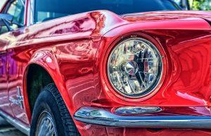 mastic sur la carrosserie de sa voiture